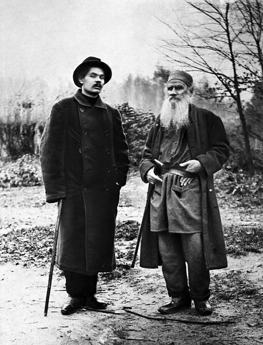 Górki (esq.) e Tolstói (dir.) na propriedade do último, Iásnaia Poliana, em 1900.