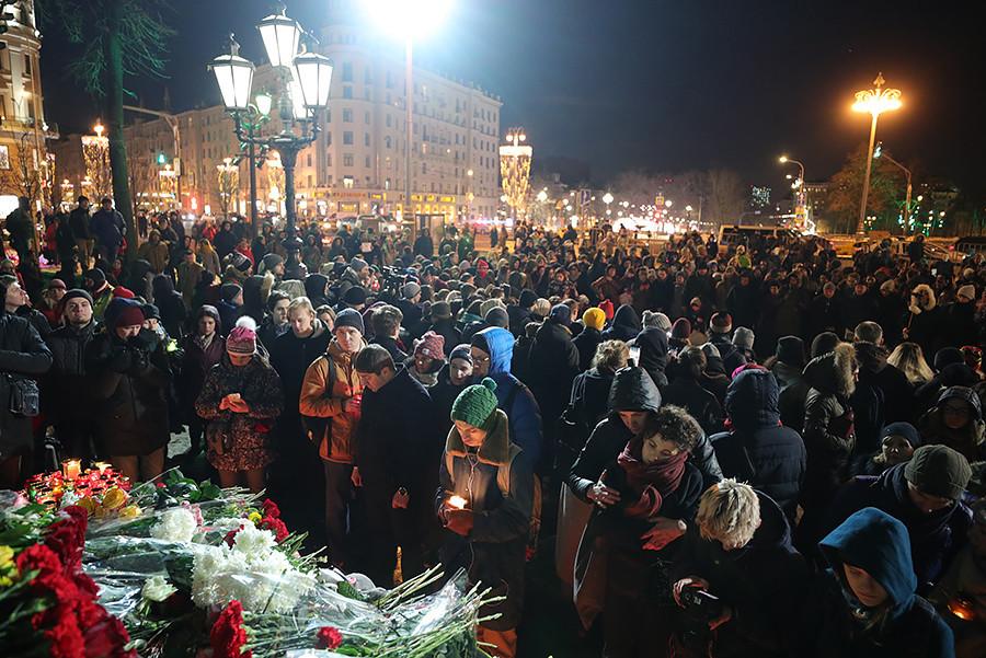"""Собир на Пушкинскиот плоштад по повод трагедијата во кемеровскиот трговски центар """"Зимњаја вишња"""" на Ленинската авенија каде на 25 март 2018 година во пожар животот го изгубија 64 лица, од кои најголем дел беа деца."""