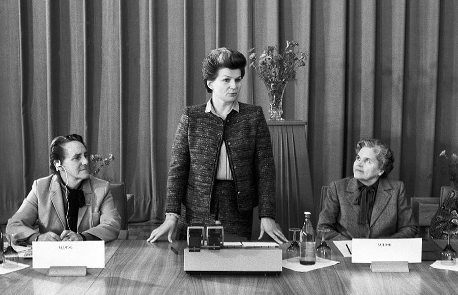 La présidente du Comité des femmes soviétiques, Valentina Terechkova (au centre), la présidente de la Fédération internationale des femmes démocrates, Frieda Brown (à gauche) et la secrétaire générale de l'organisation « Partisans de la paix de Finlande », Miriam Vire-Tuominen (à droite)