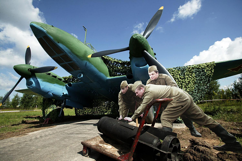 """Um bombardeiro mergulhador PE 2 na exposição da história militar """"Ases da Segunda Guerra Mundial""""."""