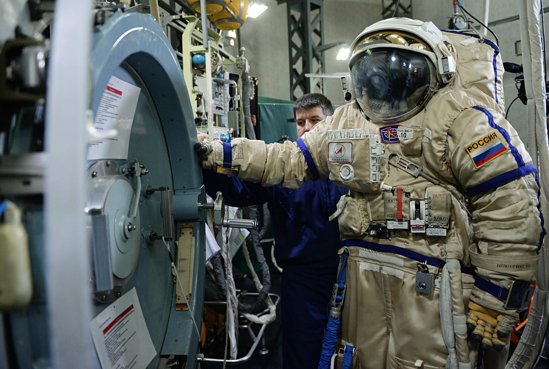 Escotilha de saída VL-1 de um dos módulos da ISS (estação espacial internacional, na sigla em inglês) e traje espacial russo para voos espaciais Orlan MK no Centro de Treinamento de Cosmonautas Iúri Gagárin.