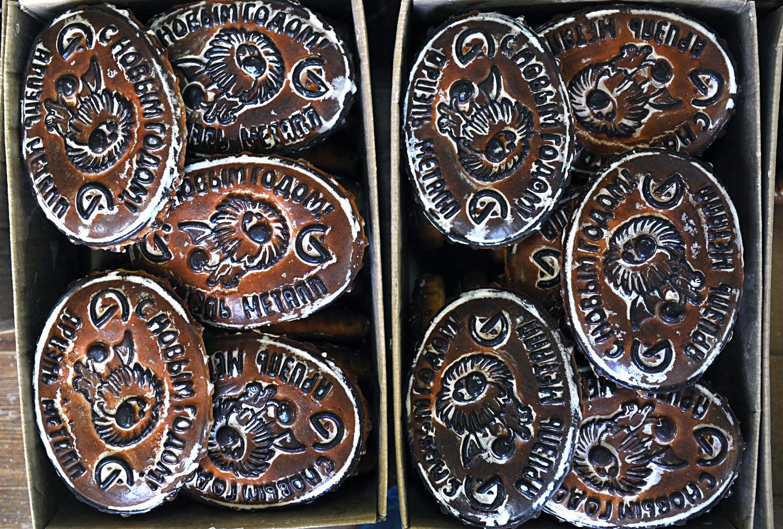 Lote de bolinhos de mel de Tula na fábrica Tradições do Mel, em Tula.