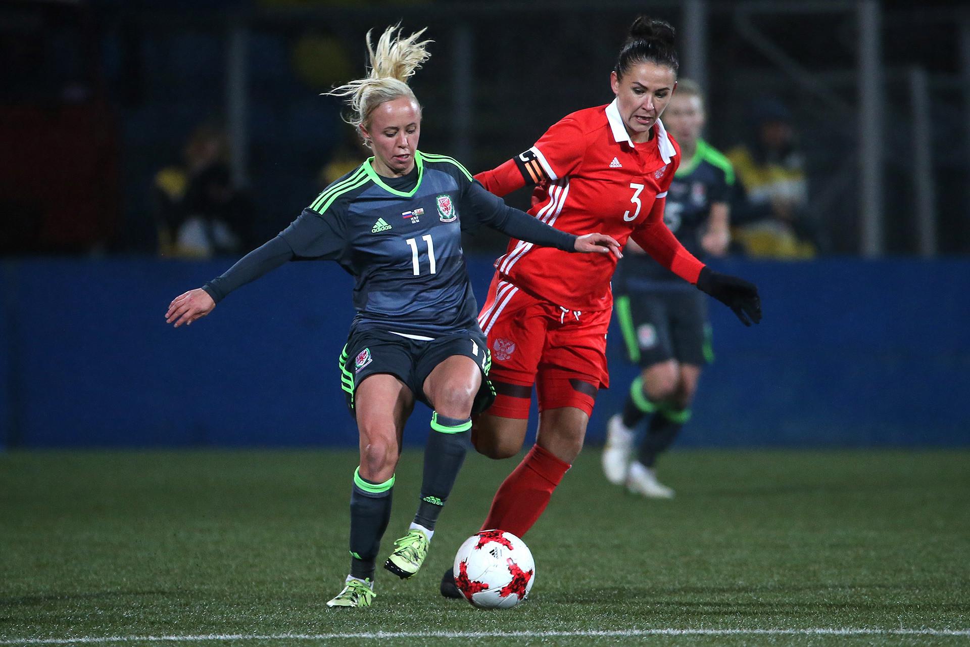 Nadia Lawrence (esq.), do País de Gales, e a russa Anna Kojnikova no jogo de qualificação para a Copa do Mundo Feminina. Partida terminou em zero a zero.