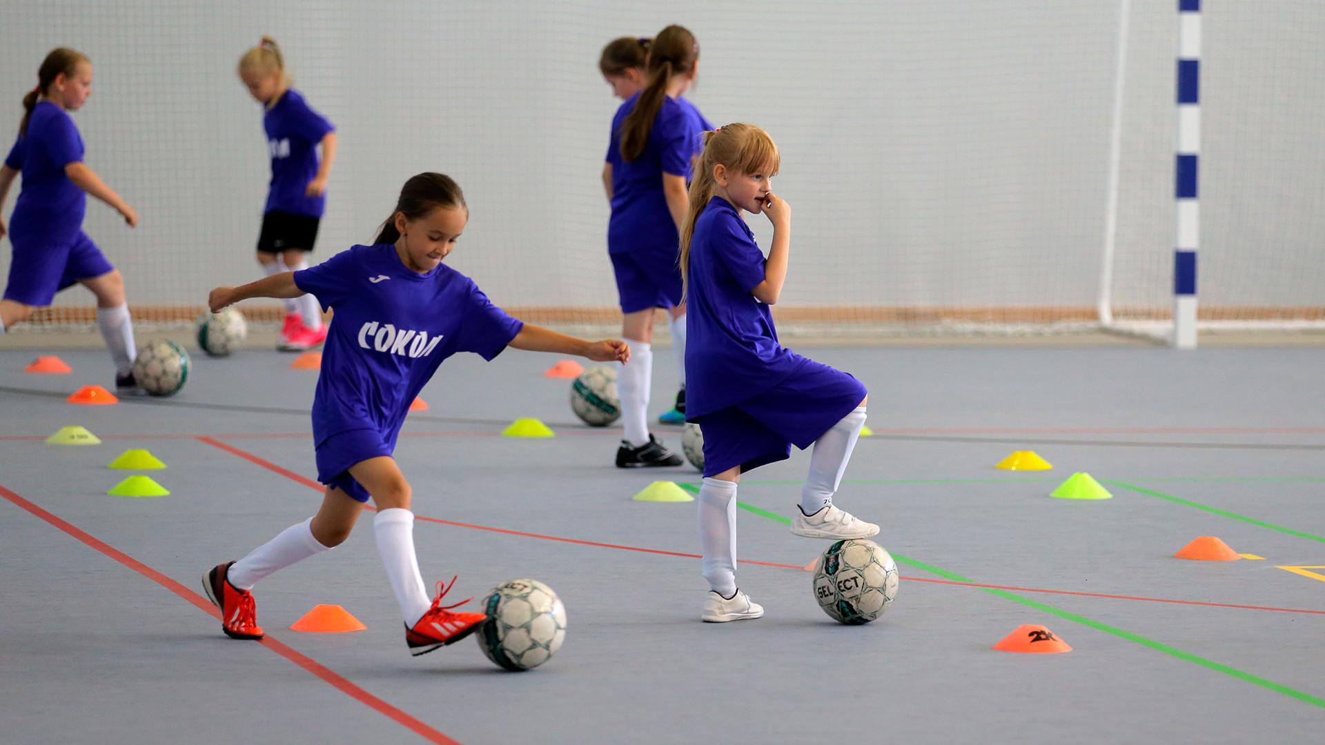 Garotas em treinamento na Escola Esportiva de Reserva Olímpica Sokol N° 27, do Departamento de Moscou de Esportes e Turismo.