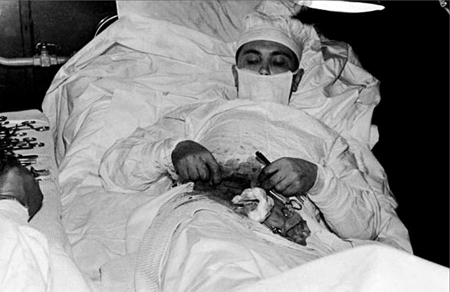 Rogozov durante autocirurgia na estação soviética na Antártica