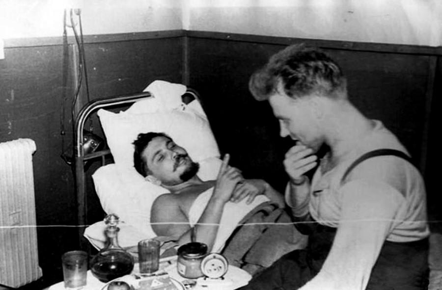 Leonid Rogozov leži i razgovara sa svojim prijateljem Jurijem Vereščaginom u stanici Novolazarevska.