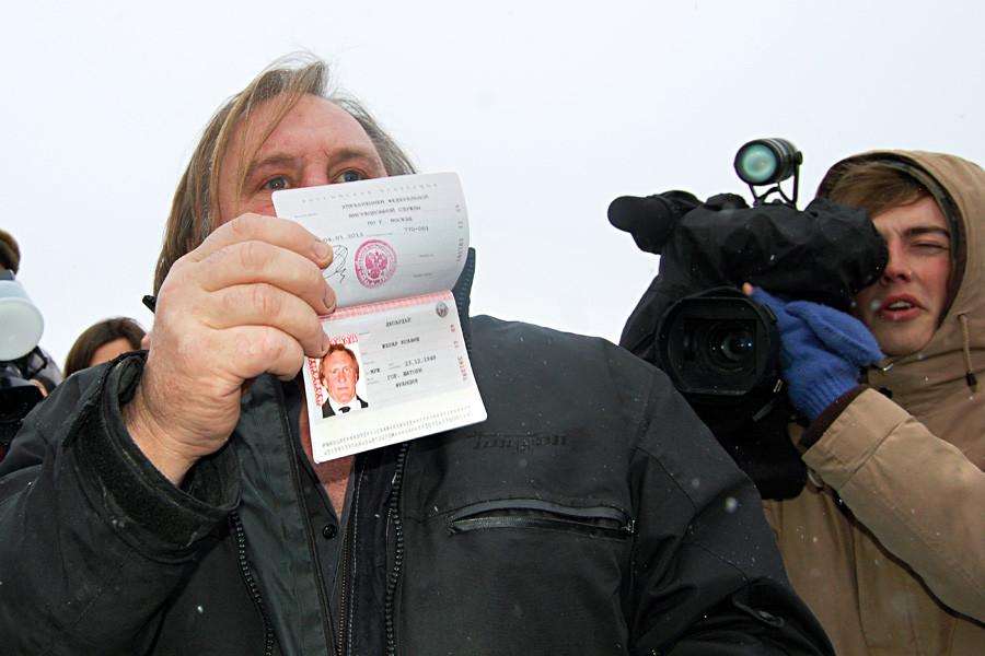 Gérard Depardieu avec son passeport russe
