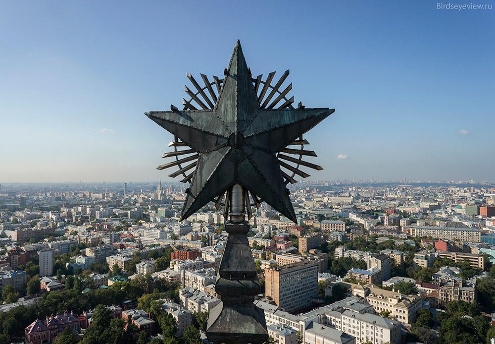 Административна града на Тргу црвена капија (Площадь Красные ворота) висока 138 метара.