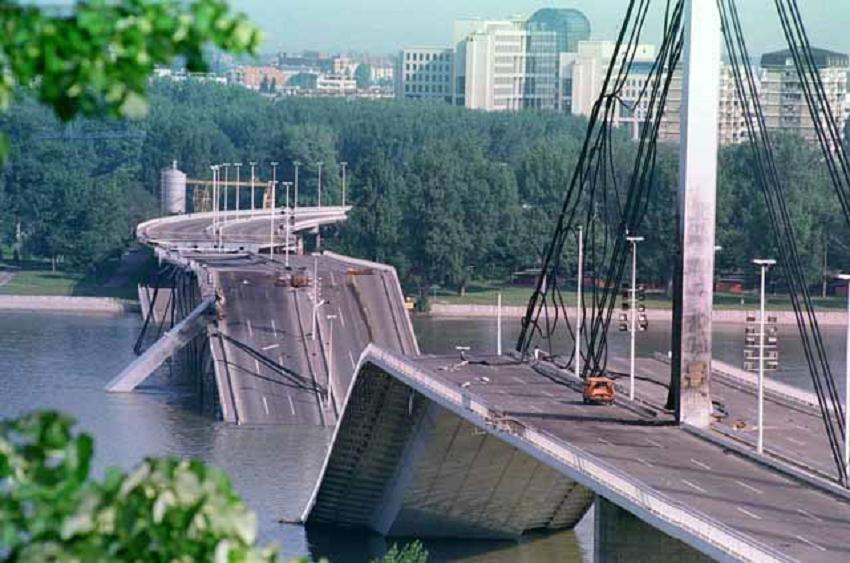 Мост Слободе у Новом Саду након бомбардовања