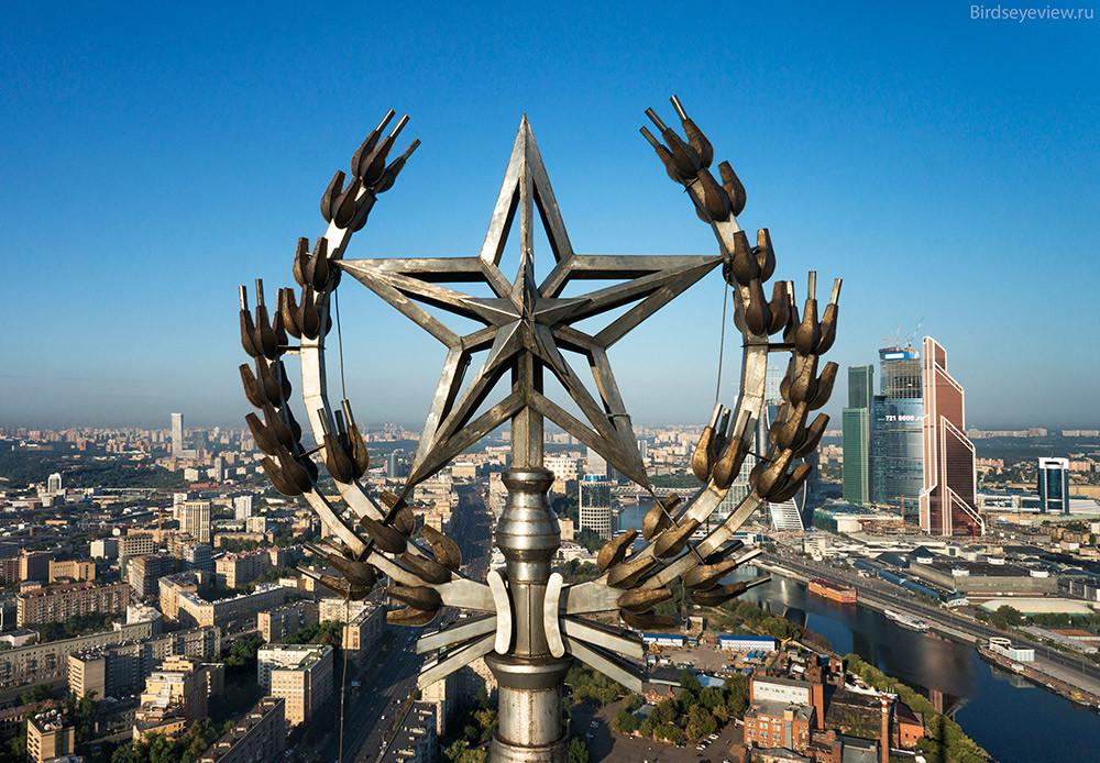 "Radisson Royal Hotel (поранешниот Хотел ""Украина"") висок 206 метри."
