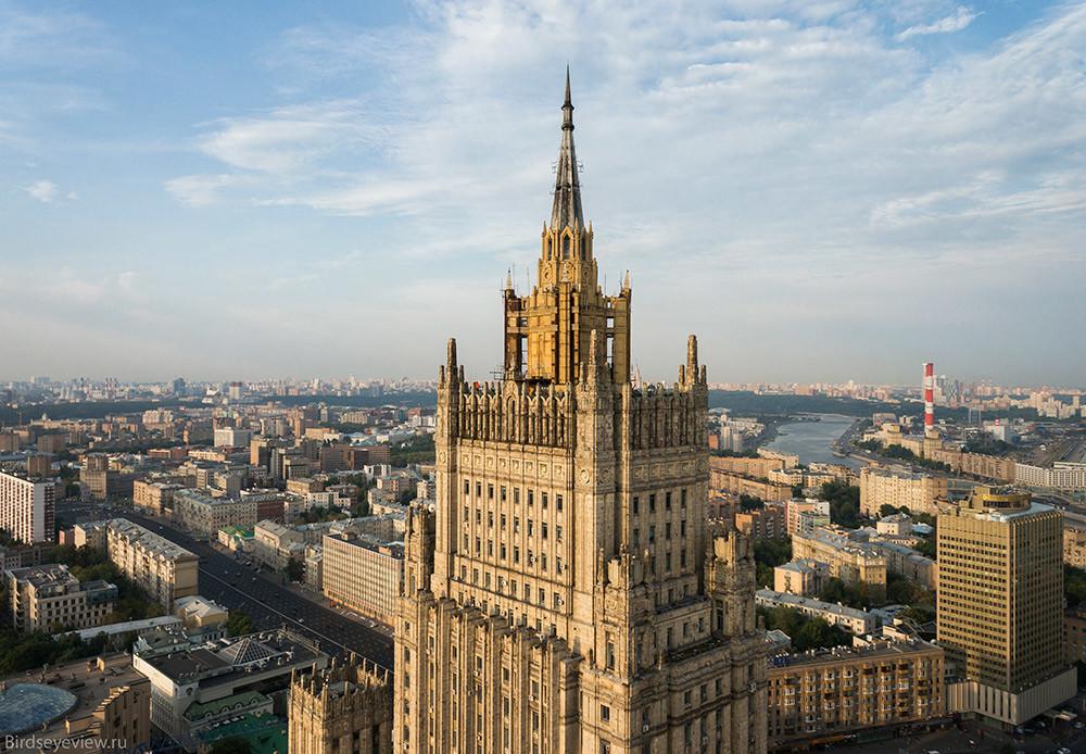 Зградата на Министерството за надворешни работи на Смоленско-сениот плоштад висока 172 метри.