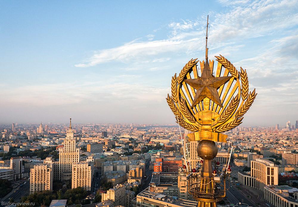 Hilton Leningradskaya Hotel висок 136 метри.