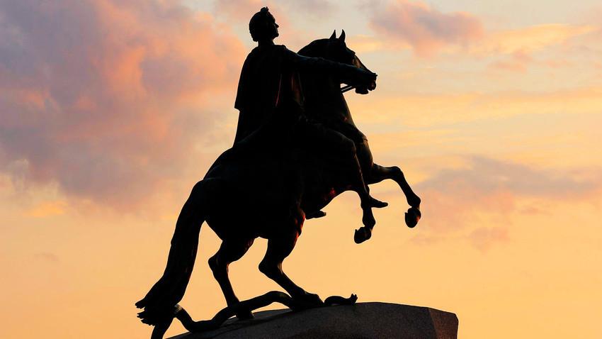 Sang Penunggang Kuda Perunggu, patung Pyotr yang Agung saat menunggang kuda karya pematung Prancis Étienne Maurice Falconet.
