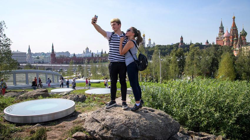 Selfie nel nuovo parco Zaryadye di Mosca