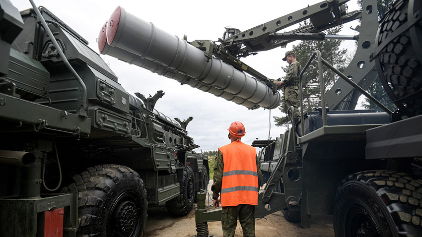 Recharging an S-400 Triumf anti-aircraft weapon system during the combat duty drills of the surface to air-missile regiment in the Moscow Region