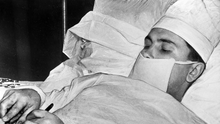 Докторот Леонид Рогозов за време на операцијата