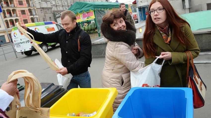 Moscovitas jogam o lixo em contêineres em um centro de coleta seletiva no centro da capital.