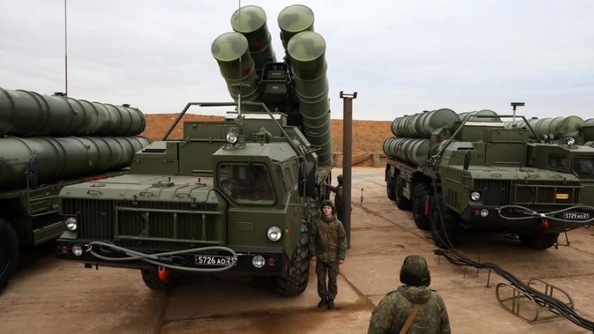 Raketni sistemi protiletalske in protiraketne obrambe S-400 Triumf raketnega polka Južnega vojaškega okrožja Oboroženih sil Ruske federacije na bojnem dežurstvu.