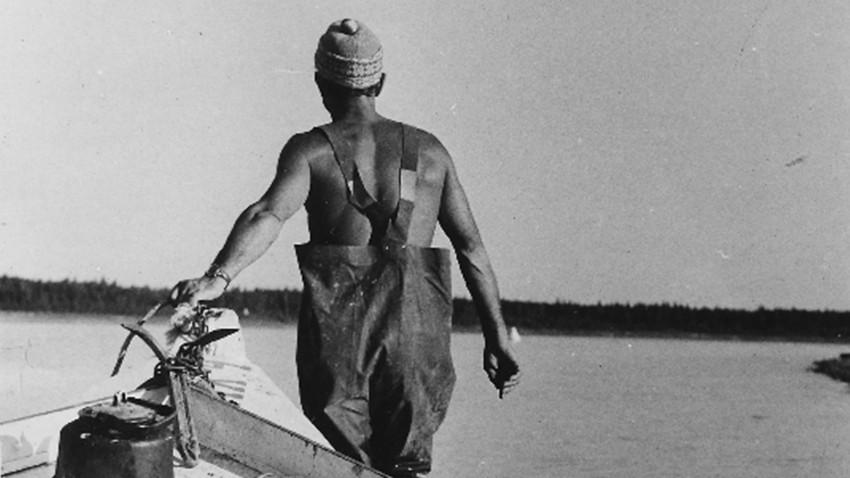 Evgueny Smurgis le solitaire, vu de dos en 1972 lors de la mise à l'eau d'un bateau
