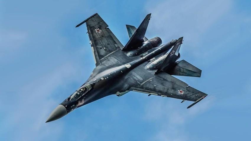 Повеќенаменски борбен авион Су-35С од генерацијата 4++.