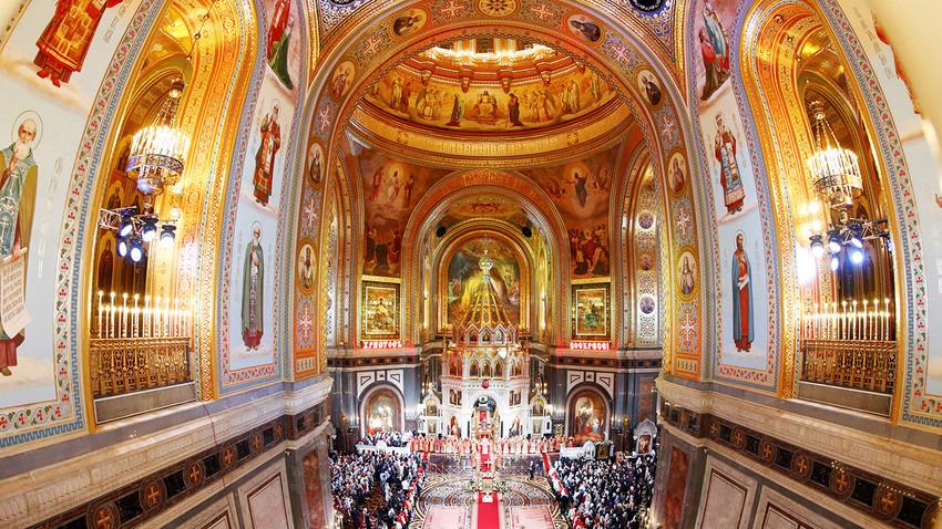Fiéis durante missa de Páscoa na Catedral de Cristo Salvador, em Moscou