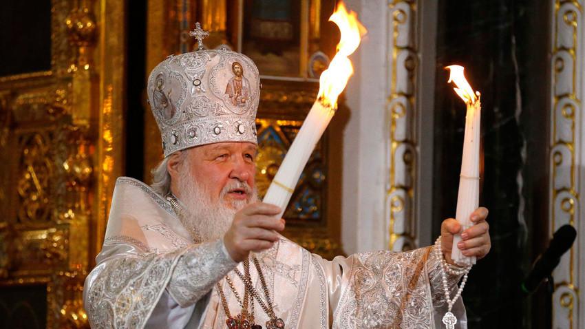 """Патријархот Кирил ја држи велигденската служба во Соборниот храм """"Христос Спасител"""" во Москва."""
