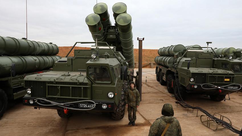 """Ракетните системи за ПВО-ПРО С-400 """"Триумф"""" на ракетниот полк на Јужниот воен округ на Вооружените сили на РФ на борбено дежурство."""