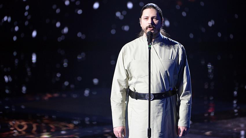 O monge Foti canta durante as gravações de um episódio do The Voice da Rússia.