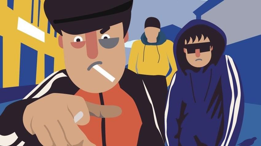 Aturan berbusana khas gopnik adalah setelan olahraga (kadang-kadang dikombinasikan dengan sepatu kulit), jaket hitam dan topi pet, sementara yang paling sukses memiliki rantai emas atau berlapis emas.