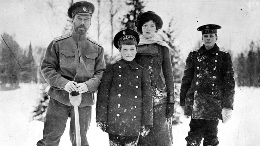 """Tidak setiap hari Tsarevich Alexei bisa bergabung dengan aktivitas keluarga di luar ruangan. Dalam foto yang diambil pada 1915 ini, sang putra mahkota baru saja pulih dari serangan hemofilia, yang membuat salah satu kakinya kaku. #Romanovs100"""