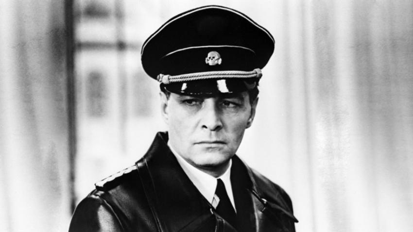 Vjačeslav Tihonov v vlogi Stierlitza v filmu Sedemnajst trenutkov pomladi.