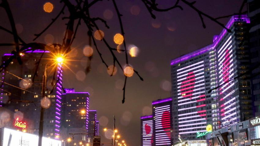 """Црвени срца проектирани на фасадата на зграда на улицата """"Нови Арбат"""" во Москва на Денот на вљубените."""