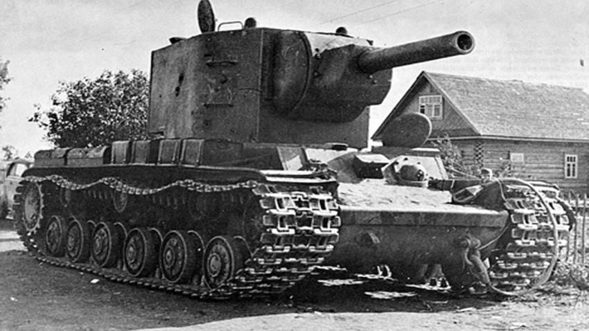 Tanque soviético KV-2 en la región de Lvov, Ucrania Occidental, 1941.