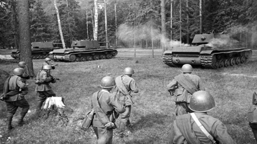 Las tropas soviéticas siguen los tanques KV. El Frente Occidental. 13 de mayo de 1942.