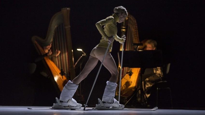 Nastop mariborskih baletnikov je vključeval tudi smuči in pravo smučarsko žičnico. Ena od predstav se je namreč posmehovala sodobni modni muhi