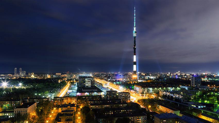 Menara televisi Ostankino di Moskow.