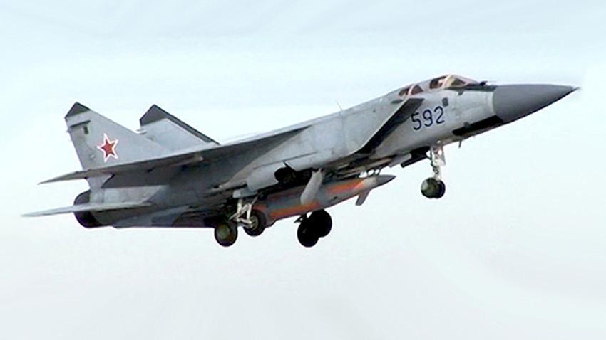 """МиГ-31 със хиперзвуковата ракета """"Кинжал"""""""