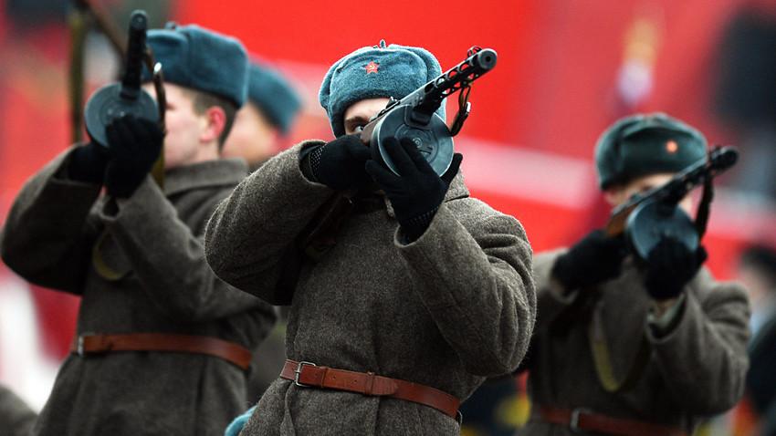 Войник в униформа на Червената армия на честването на 75-годишнината от военния парад на Червения площад, състоял се през 1941 г.