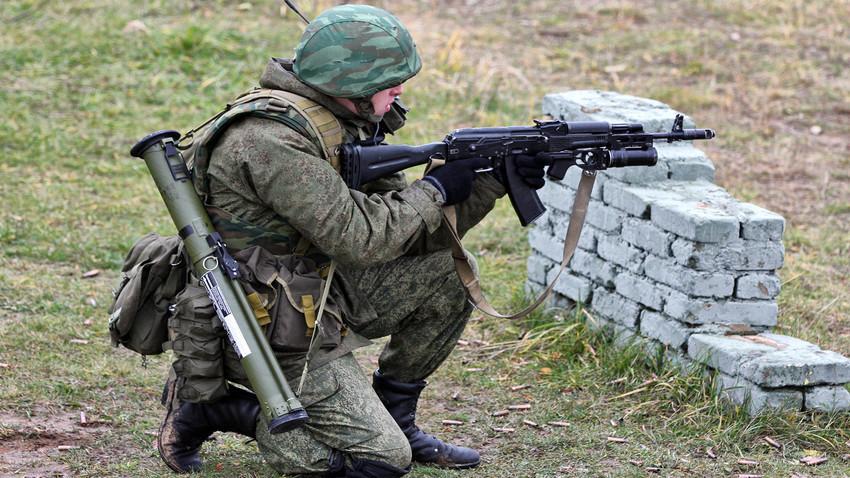 Войник от руската Четвърта танкова дивизия с автомат АК-74М