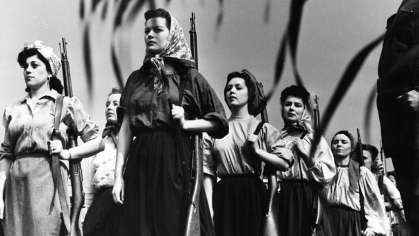 Hazel Brooks vodi ženski partizanski odred v sceni iz filma Pesem o Rusiji, 1944.