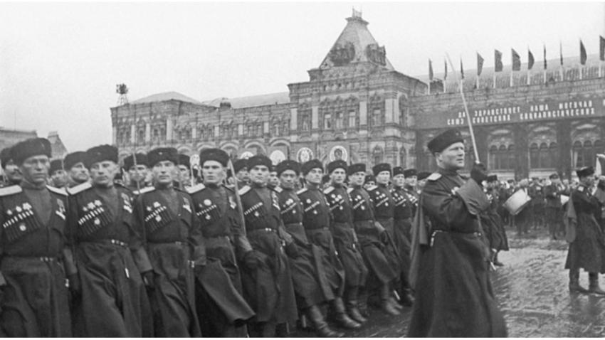 Kozaki na paradi zmage leta 1945 na Rdečem trgu v Moskvi.