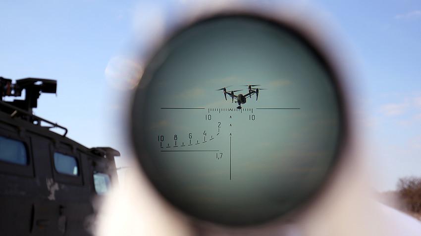 Pripadnik specijalne jedinice na vojnoj vježbi u Stavropoljskom kraju gađa zračni cilj.