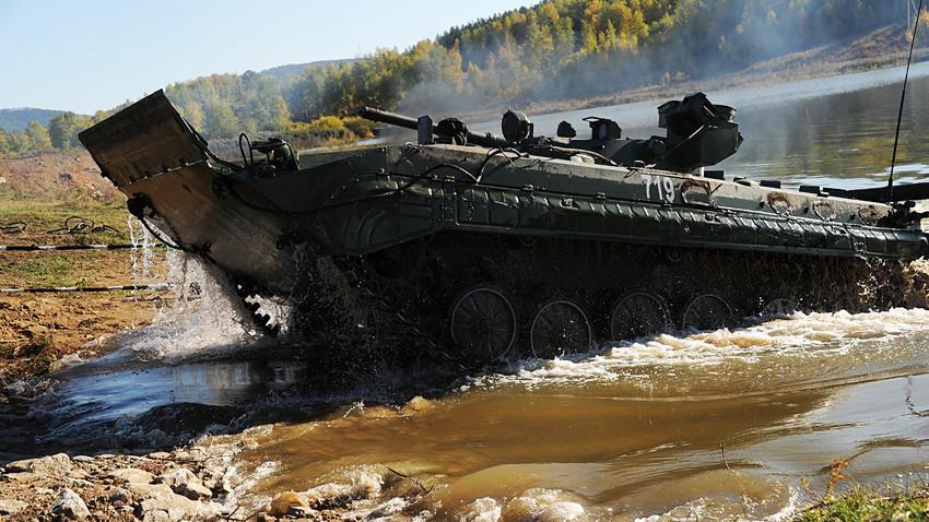 БМП пресича водно препятствие по време на обучение за студенти-пехотинци в Забайкалския край