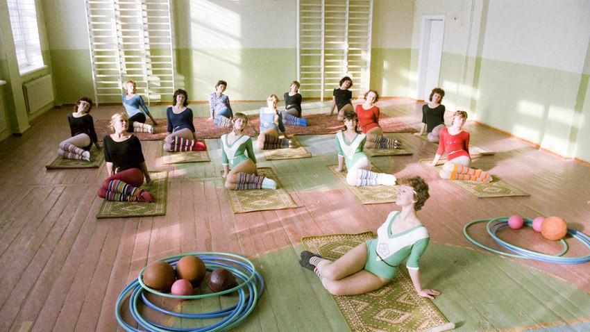 Uni Soviet. 1986. Kelas senam ritmik di sebuah gedung olahraga desa.