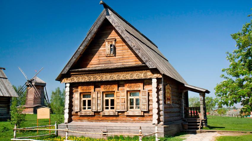 sept types de demeures traditionnelles russes russia. Black Bedroom Furniture Sets. Home Design Ideas