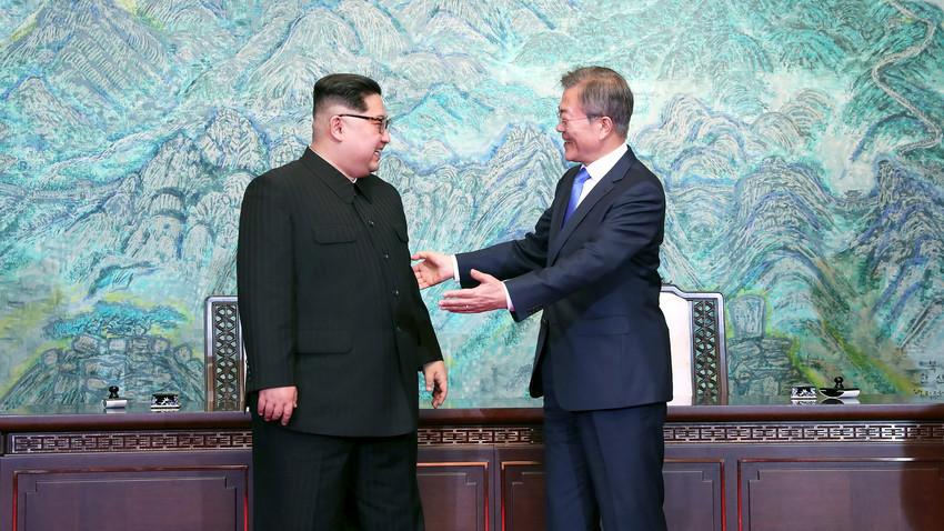 """Predsjednik Južne Koreje Moon Jae-in """"širi ruke"""" prema sjevernokorejskom čelniku Kim Jong-unu 27. travnja 2018. godine. Rusija pozdravlja mirovnu inicijativu dviju država."""