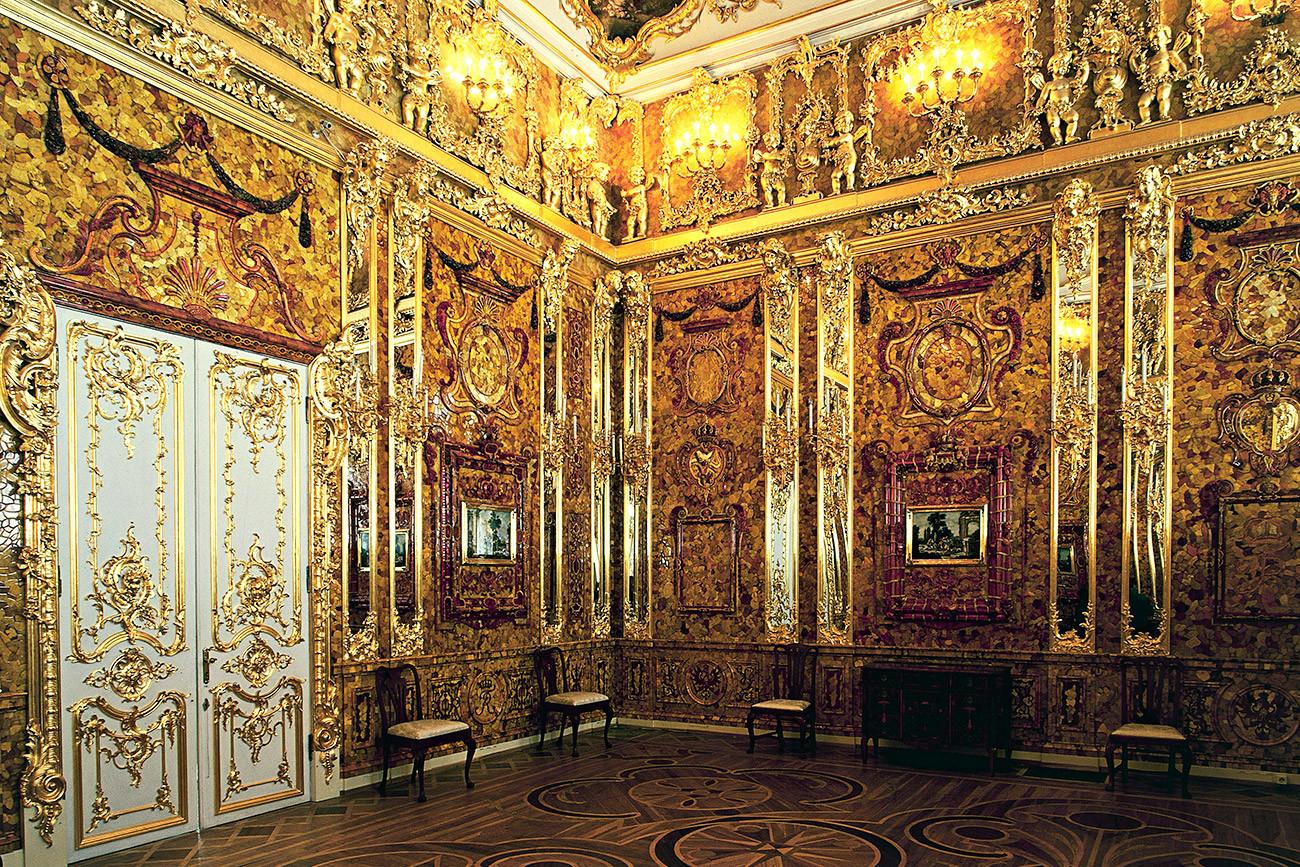 Replika Kamar Batu Ambar, Istana Ekaterina, Tsarskoye Selo, dekat Sankt Peterburg.