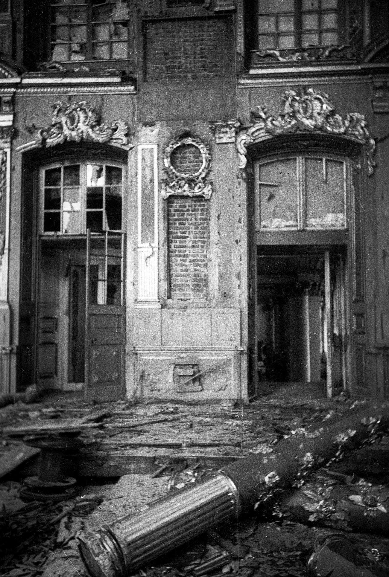 Istana Ekaterina di Pushkin dirusak oleh penjajah Nazi Jerman, 1945.