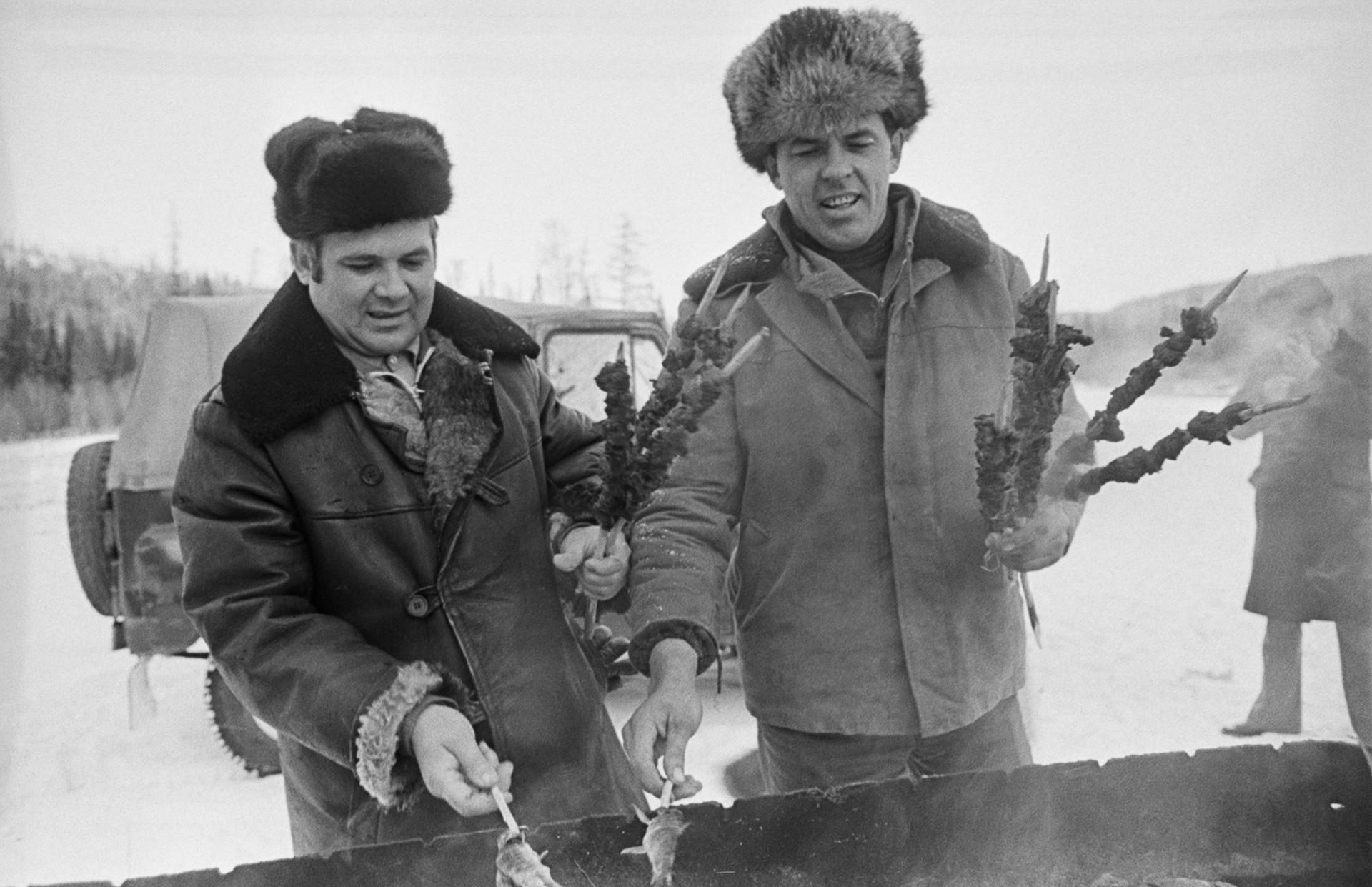 Dua orang pekerja konstruksi jalur utama Baikal-Amur saat istirahat makan.