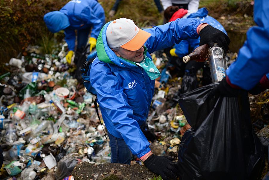バイカル湖岸でゴミを集めているボランティアたち